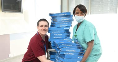 لاعب نيوكاسل يدعم أطباء إنجلترا بوجبات بيتزا.. فيديو وصور