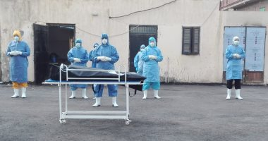أطباء مستشفى العزل بالدقهلية يؤدون صلاة الجنازة على أول حالة وفاة بكورونا