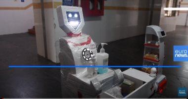 شاهد.. روبوت لتقديم الطعام والأدوية لمرضى كورونا الخاضعين للعزل الصحى بالهند