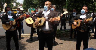 فيديو.. فرقة  المارياتشى تعزف الموسيقى لرفع معنويات الأطباء ومرضى كورونا