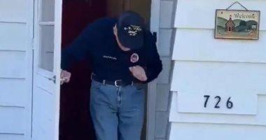 مسن أمريكى يتحدى كورونا بالرقص أمام منزله أثناء ساعات الحجر الصحى.. فيديو