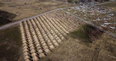 شاهد..عمدة مدينة أوكرانية يحفر 615 قبرا لإجبار المواطنين على البقاء بالمنازل