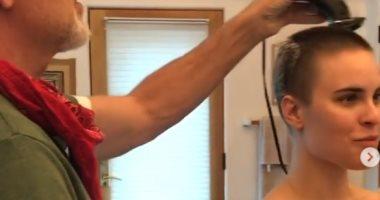 فيديو.. بروس ويليز يحلق شعر ابنته خلال تواجدها بالحجر المنزلى