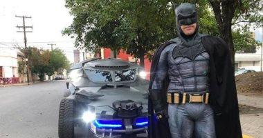باتمان المكسيكى يحث الناس على مكافحة كورونا بالبقاء فى المنزل.. فيديو وصور