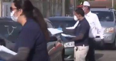 شباب يصطفون فى شوارع ميامى الأمريكية للمطالبة بمساعدة العاطلين بسبب كورونا