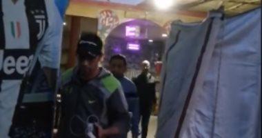محافظة الجيزة تشمع مقهى يعمل بالمخالفة لإجراءات مكافحة كورونا.. صور وفيديو