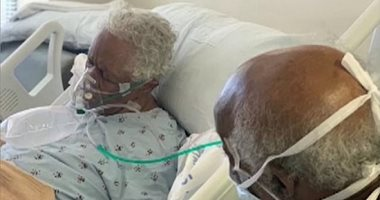 ماسكين فى ايدين بعض.. صور مؤلمة لزوجين قبل وفاتهما بسبب كورونا