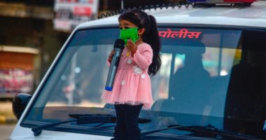 أقصر امرأة فى العالم تواجه كورونا بالهند على طريقتها الخاصة.. صور