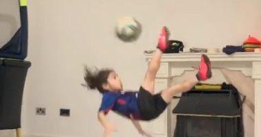 ميسى يتفاعل مع طفل إيرانى استعرض مهارته بالكرة بطريقة رائعة.. فيديو
