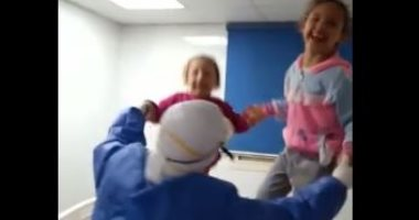 بتهون عليهم التعب..ممرضة تغنى وترقص مع الأطفال في الحجر الصحى بمستشفى قها.. فيديو