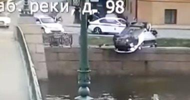 مطاردة خطرة بين الشرطة الروسية وسائق سيارة مخمور تنتهى بإنقلابها.. فيديو
