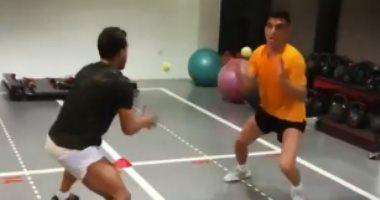 بن شرقى يتدرب بكرة التنس للحفاظ على لياقته البدنية فى الحجر المنزلى