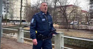 ضابط فنلندى يقدم عرض غناء أوبرالى للترفيه عن السكان فى العزل.. فيديو