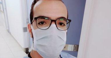 """الجيش الأبيض.. """"كيرلس"""" ممرض على خط مواجهة كورونا بمستشفى جامعة المنيا"""