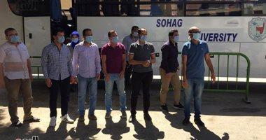 رئيس جامعة سوهاج يستقبل 12 طبيبا عائدا من مستشفى العزل بإسنا.. فيديو وصور -