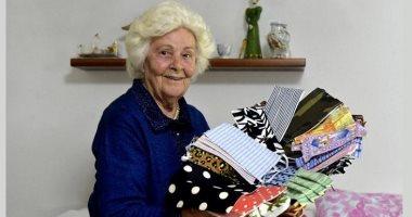 """جدة إيطالية صاحبة 88 عاما تمضى يومها فى خياطة """"كمامات"""" لأبناءها وأحفادها"""