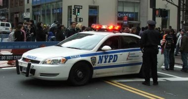 شرطة نيويورك تفرق حشدا تحدى العزل العام خلال جنازة حاخام يهودى