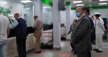محافظ القاهرة يتفقد مكتب بريد العباسية لمتابعة صرف المنح للعمالة غير المنتظمة