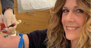 زوجة توم هانكس تفحص الأجسام المضادة بدمها قبل التبرع به لعلاج مرضى كورونا