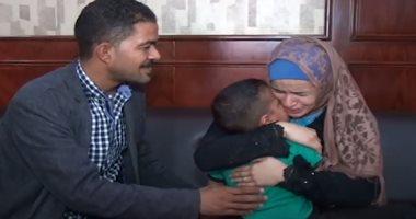 """فيديو.. """"بكاء وأحضان وفرحة"""" لسيدة استعادة طفلها المختطف بسوهاج"""