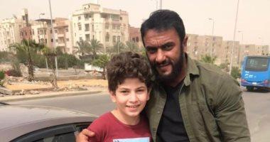 أحمد العوضى مع طفل حادث محاولة اغتيال وزير الداخلية في مسلسل الاختيار