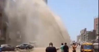 صور.. كسر خط مياه رئيسى بالمطرية 1200 ملم شرق القاهرة
