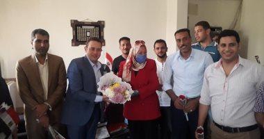 صور.. القومى للمرأة بجنوب سيناء يقدم الزهور للعاملين بالقطاع الصحى