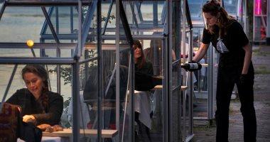 لعودة الحياة لطبيعتها.. مطعم هولندى يصمم غرفا زجاجية للعمل فى ظل كورونا..صور