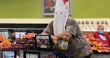 كورونا يعيد ذكريات الكراهية.. أمريكى يتسوق بقناع أشهر تنظيم عنصرى للوقاية.. صور