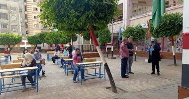 صور.. بدء تسليم المشروعات البحثية للطلاب بمدارس الدقهلية