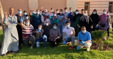 صور.. مستشفى عزل ملوى يحتفل بخروج 14 حالة بعد تعافيهم من فيروس كورونا