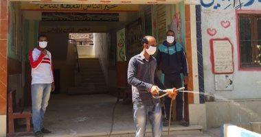 """شباب قرية """"فنارة"""" بالإسماعيلية يعقمون المدارس قبل استلام أبحاث الطلاب"""