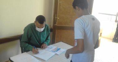 مدير تعليم أسوان يتابع تسليم المشروعات البحثية بالمدارس