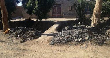 قارئ يشكو من القاء القمامة أمام منزلة بقرية دهروط بالمنيا
