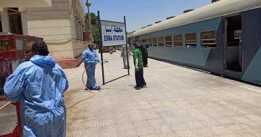 صور.. رش وتعقيم محطة سكك حديد إسنا لحماية المسافرين ومكافحة العدوى