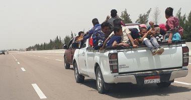 صورة.. امسك مخالفة سيارات غير آمنة لنقل العمالة على الطريق الصحراوى