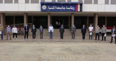 جامعة المنيا تكرم الأطقم الطبية والتمريضية العاملين بمستشفيات العزل الصحى