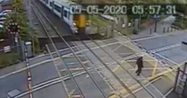 """"""" عمره باقى"""".. رجل متهور ينجو من الموت تحت قطار بأعجوبة فى بريطانيا.. فيديو"""
