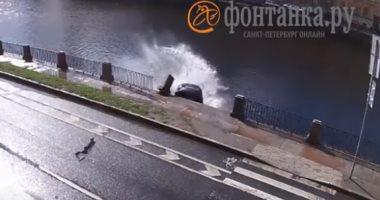 سائق يقف لامرأة لتعبر الطريق فتصدمه سيارة ويسقط فى النهر.. فيديو