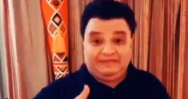 تحيا مصر.. المخرج خالد جلال يؤدى أغنية اسلام جمال بلغة الإشارة.. فيديو وصور