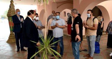 صور.. رئيس جامعة بنى سويف يستقبل آخر فوج للعائدين من الخارج بالمدينة الجامعية
