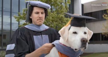 """لحظة حصول """"كلب"""" على الدكتوراه الفخرية بأمريكا.. يا ترى خدها ليه (فيديو)"""