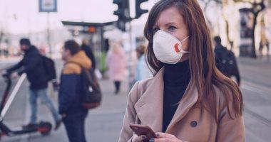 ما لا يجب فعله عند ارتداء كمامة.. نصائح الصحة العالمية للوقاية من كورونا (إنفوجراف)