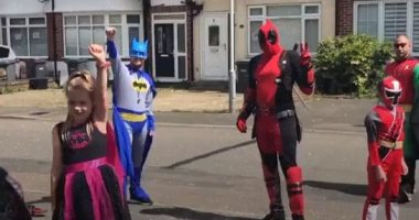 باتمان وأصدقاؤه يتجولون فى شوارع بريطانية لجمع التبرعات من الأطفال.. فيديو
