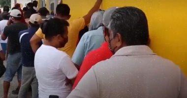 طوابير أمام محلات الخمور فى المكسيك بعد رفع الحظر عن شرائها.. فيديو