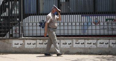 المصريون يستعينون بالأكياس والصحف لمواجهة الحر والصيام
