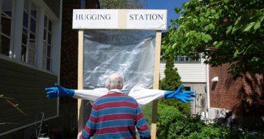 """""""محطة المعانقة"""".. ابتكار جديد للعناق أثناء تفشى كورونا فى كندا"""