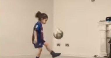 الطفل الإيراني عاشق ميسى يحقق رقما قياسيا بتنطيط الكرة 3 آلاف مرة.. فيديو
