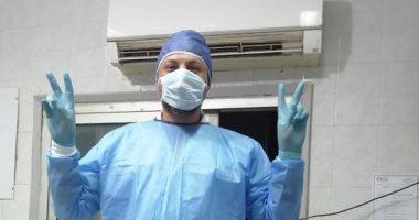 """جيشنا الأبيض.. """"رضا"""" أخصائي تحاليل طبية بمستشفي المنصورة على خط مواجهة كورونا"""