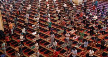 بالكمامات والمطهرات.. الآلاف حول العالم يؤدون الجمعة الأخيرة من رمضان